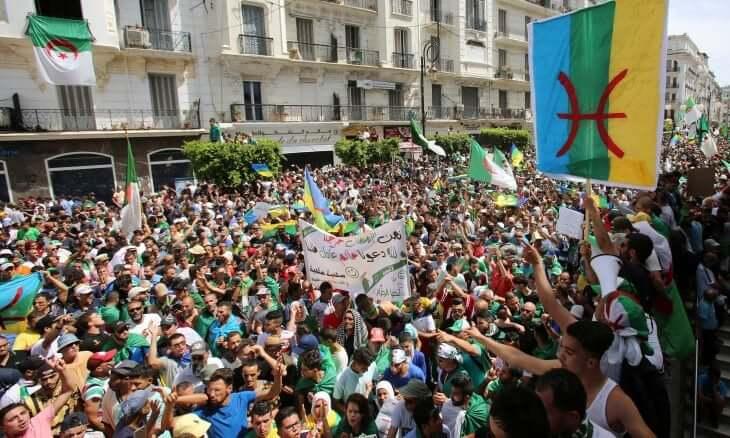 النيابة الجزائرية تطلب السجن 10 سنوات لمتظاهر رفع راية أمازيغية