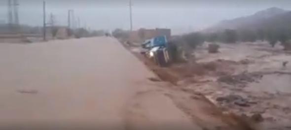 تارودانت تحت رحمة الفيضانات.. السيول تجرف شاحنة بمركز إغرم + فيديو