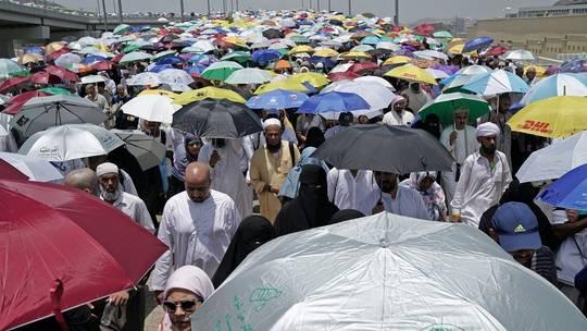 وزير الحج السعودي يعفي مديري مكتبي حجاج ويحيلهما على التحقيق من أجل التقصير