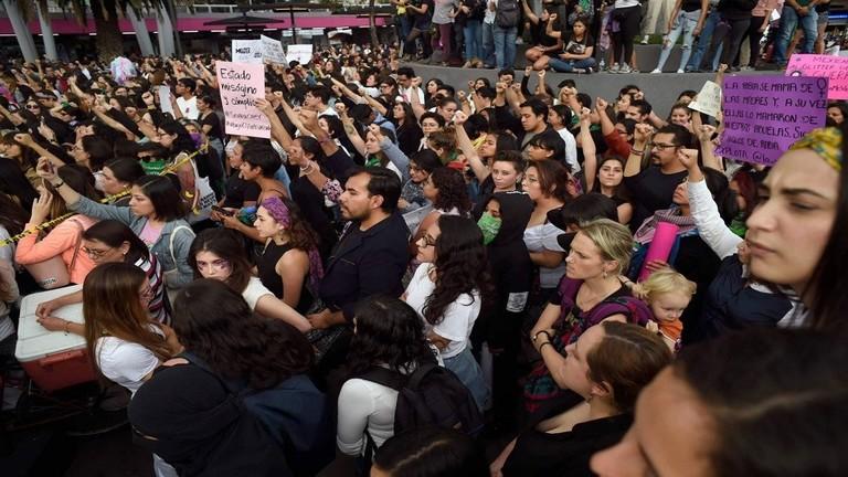 تظاهرة نسائية في المكسيك ضد اغتصاب الشرطة لقاصرات