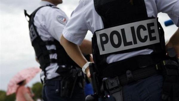 ضبط شرطية متلبّسة بسرقة الملابس في أحد المتاجر