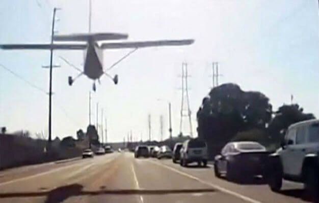 بالفيديو.. طائرة تهبط في شارع يعج بالسيارات