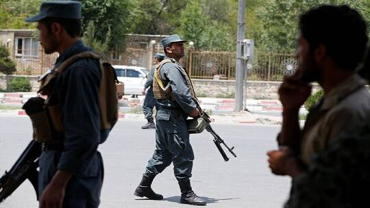 شرطيان أفغانيان يقتلان 11 من زملائهما