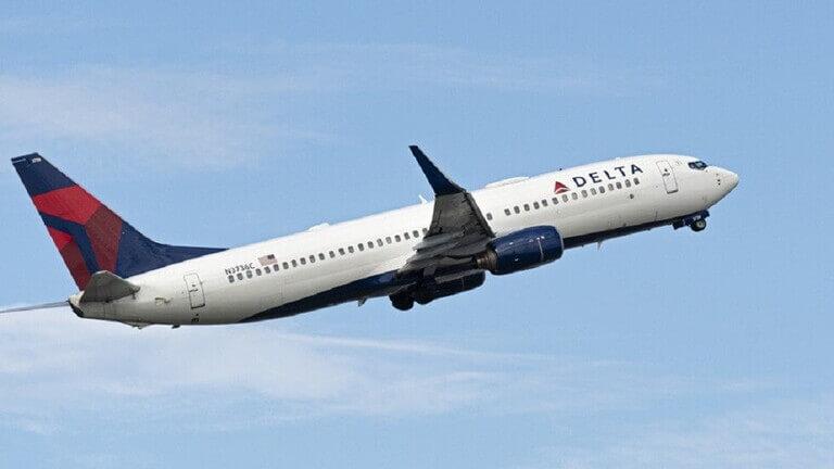 لحظات مرعبة داخل طائرة هوت بشكل مفاجئ من ارتفاع 12 ألف متر