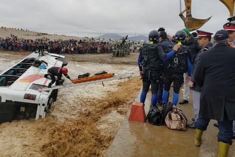 عاجل.. مصرع 6 اشخاص وانقاذ 27  بحافلة جرفتها السيول بالراشدية