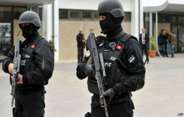 ملثم يطعن شرطيا أمام مقر للانتخابات في تونس