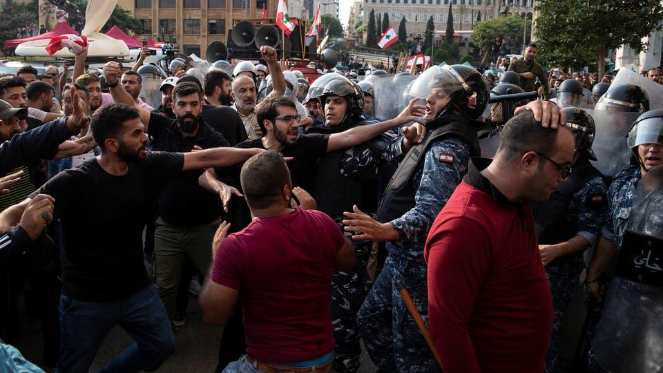 """اشتباكات بين المتظاهرين ومؤيدين لـ""""حزب الله"""" وسط بيروت"""