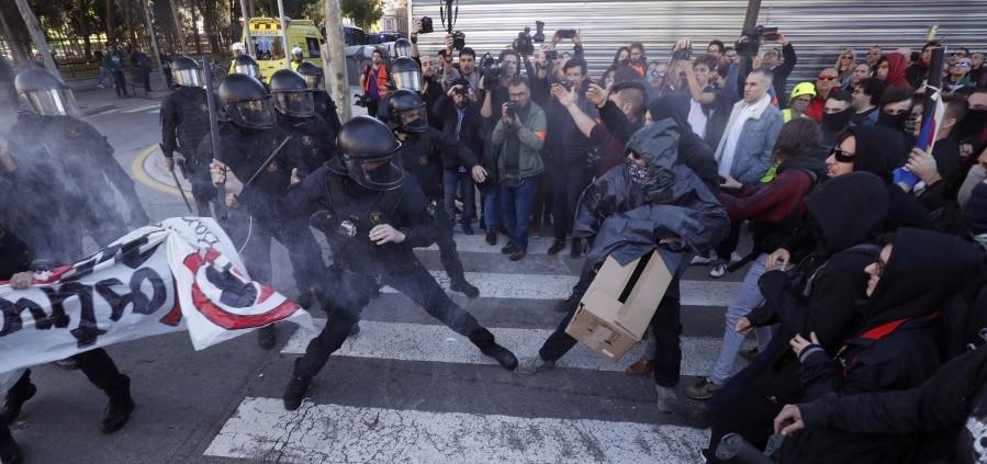 الحكومة الإسبانية تندد بأحداث العنف خلال احتجاجات كتالونيا