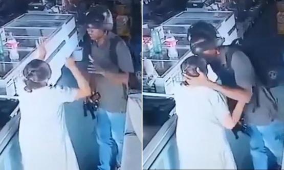 """إنسانية لص: قبّل رأس عجوز أثناء السرقة: """"احتفظي بهدوئك لا أريد مالك"""""""