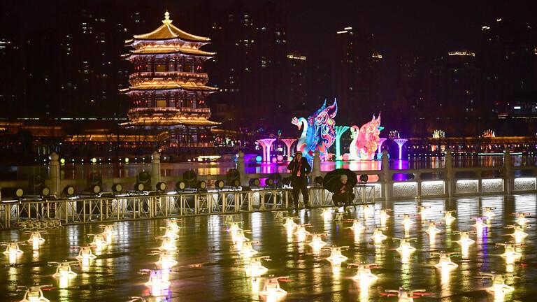 مئات الدورنات في سماء الصين تنفذ عرضا مثيرا للإعجاب