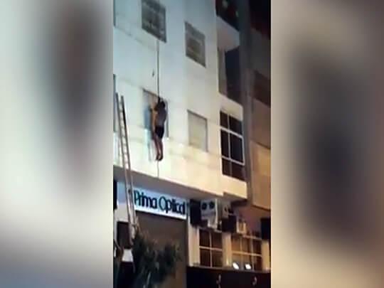 بالفيديو: بسبب حريق أسرة تقفز من الطابق السادس
