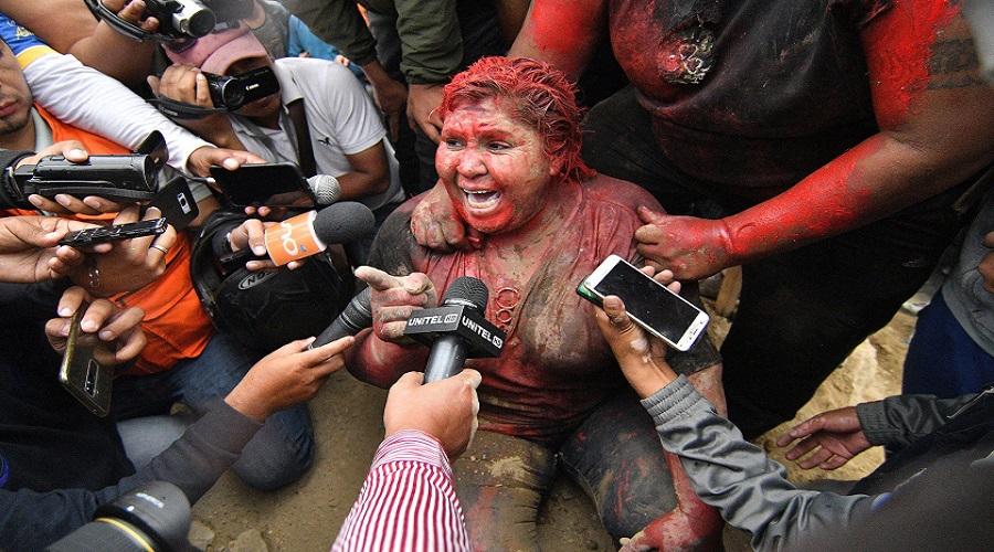 متظاهرون يهاجمون عمدة مدينة ويقصون شعرها ويجبرونها على المشي حافية