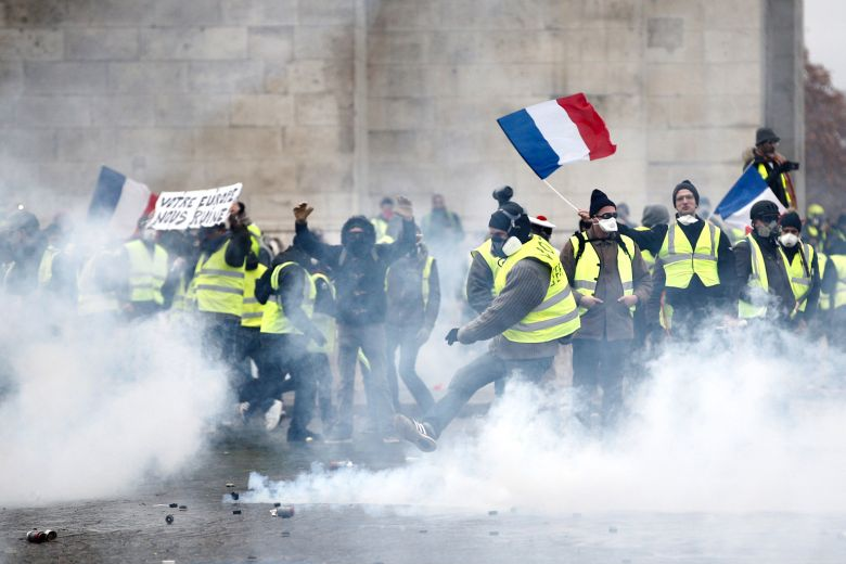 """الشرطة الفرنسية تطلق الغاز على محتجي """"السترات الصفراء"""""""