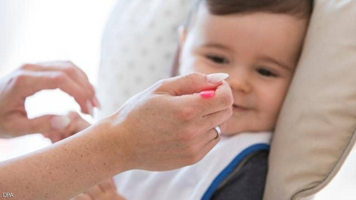 متى تقدم الأطعمة الصلبة للطفل الرضيع؟.. خبراء يجيبون