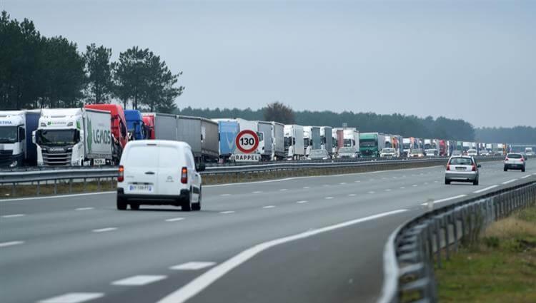 سائقو الشاحنات يغلقون الطرق السريعة في فرنسا