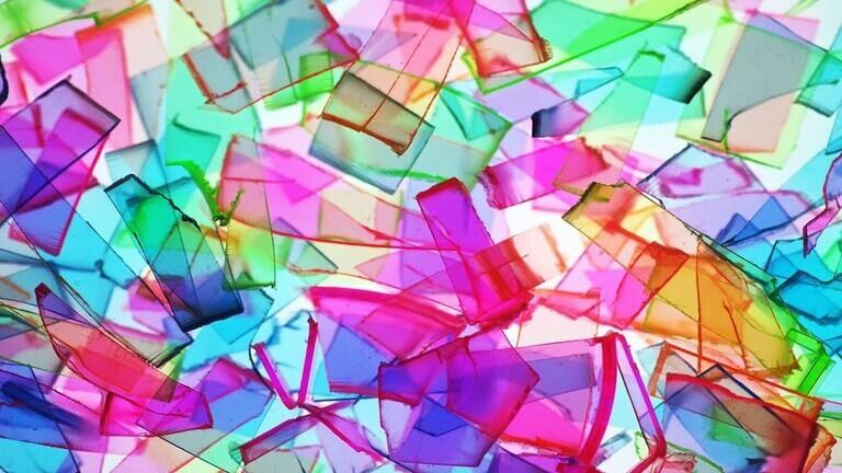 """علماء يدرّبون قطعة بلاستيك على """"المشي"""" (فيديو)"""