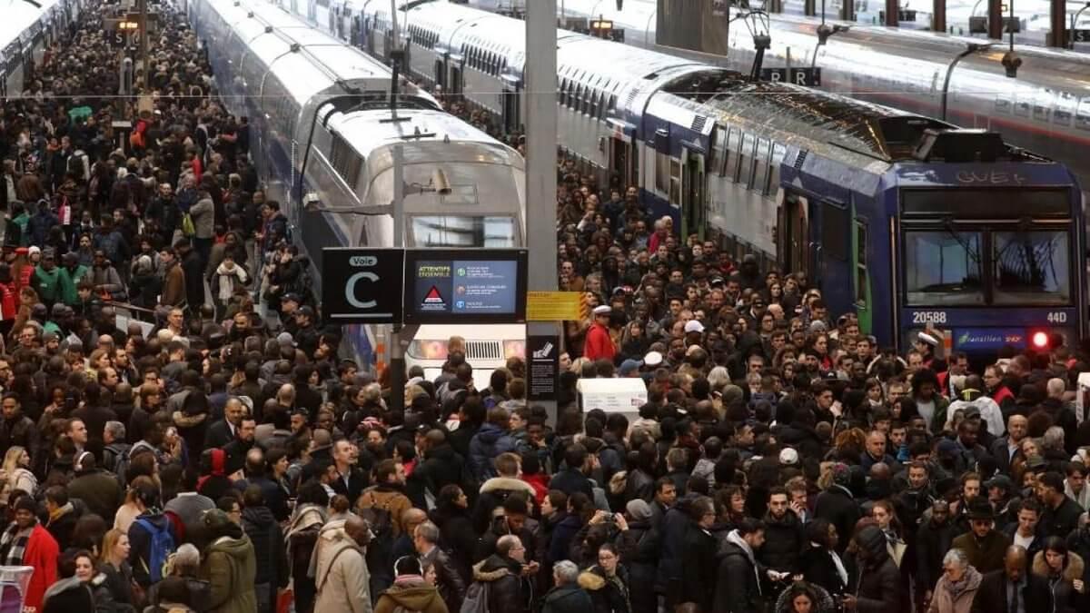 """إضراب عام في فرنسا: """"الحركة شبه منعدمة في محطات باريس"""""""