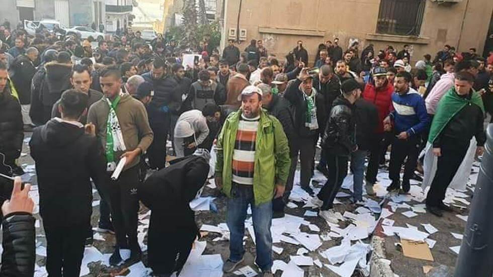 متظاهرون يحطمون مكاتب الانتخابات الرئاسية بالجزائر