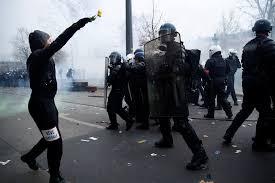 الأمن الفرنسي يشتبك مع المتظاهرين في باريس
