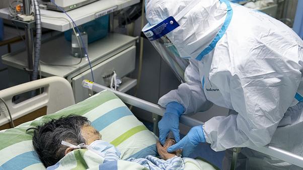 """علماء يحذرون من """"وباء مركب"""" يهدد العالم"""