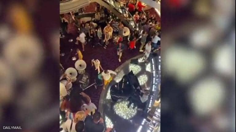 """بالفيديو.. شجار عنيف على متن سفينة فاخرة بسبب """"كورونا"""""""