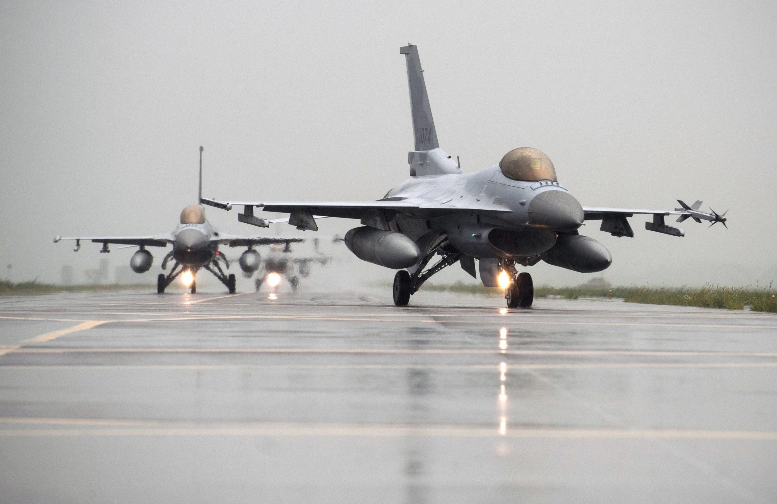 """المغرب يقتني سربا جديدا من طائرات """"إف 16"""" ومروحيات أباتشي الأمريكية"""