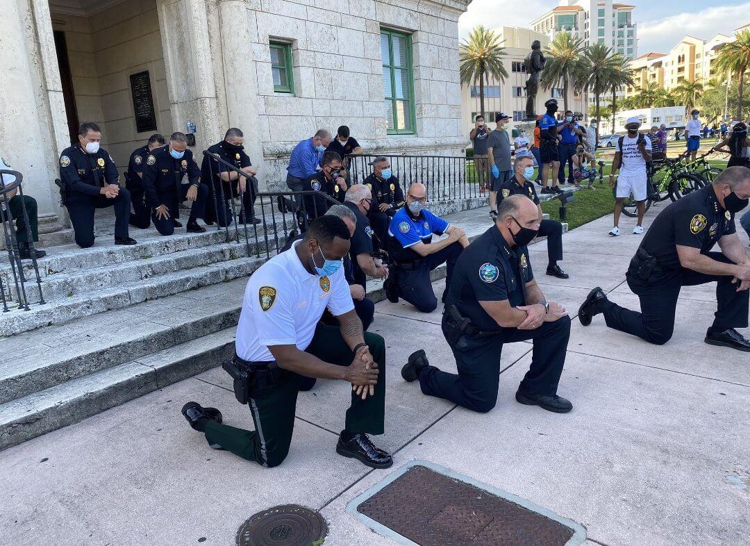 بانحناءة على الركبة.. الشرطة الأمريكية تعتذر للمجتمع عن مقتل جورج فلويد