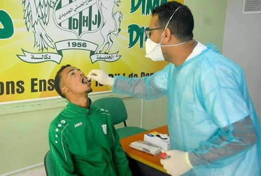 بعد عطلة العيد..تأكد إصابة أحد لاعبي فريق الدفاع الحسني الجديدي  بكورونا