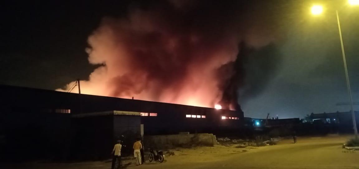 حريق ضخم يهزّ المنطقة الصّناعيّة بالدار البيضاء