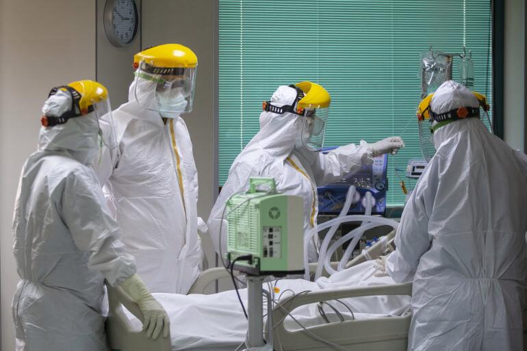 """معهد أمريكي يحذر من """"طفرة كبيرة"""" في عدد مصابي كورونا"""