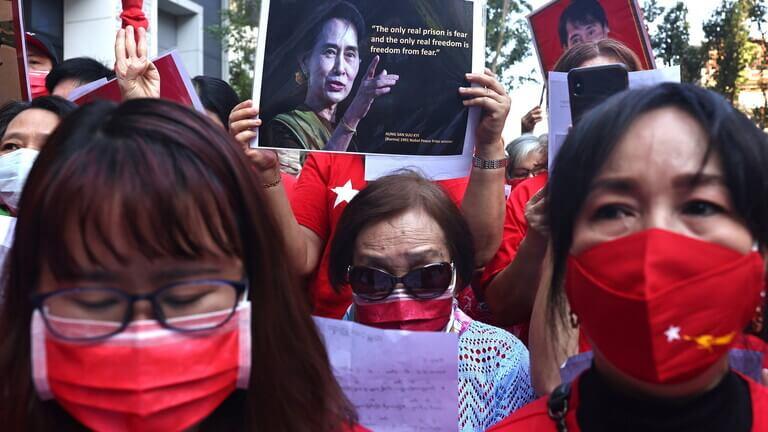 قطع الانترنت في ميانمار بعد نزول الآلاف للشوراع احتجاجا على الانقلاب