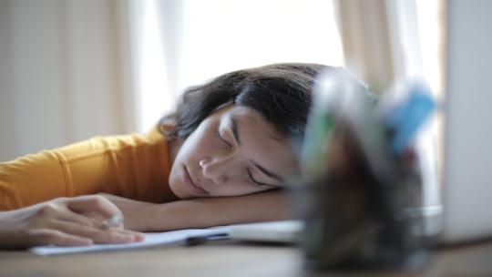 دراسة تكشف عن تأثير خفي كبير لعدم انتظام ساعات النوم!