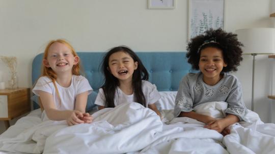 """بشرى سارة للآباء المتعبين! علماء يضعون """"روتينا نهائيا"""" لوقت نوم الأطفال!"""