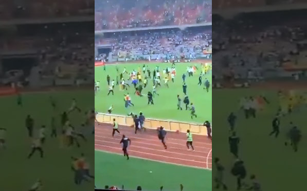 الجماهير تقتحم ارضية ملعب ليمبي بعد إذلال المنتخب المغربي لمنتخب الكاميرون