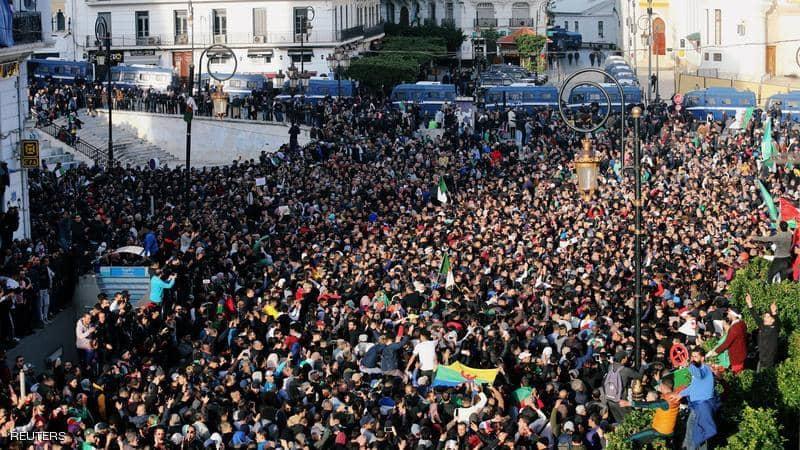 الجزائر.. مئات الطلبة يتظاهرون العاصمة للمطالبة برحيل النظام
