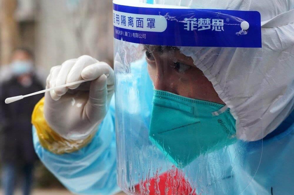 الصين تلزم جميع الوافدين إليها بإجراء المسحة الشرجية لكورونا