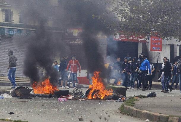 الجزائر على صفيح ساخن..مواجهات واطلاق نار بين متظاهرين وقوات الأمن بالجزائر