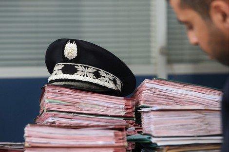 المخدرات تقود ضابط أمن للتحقيق والتوقيف عن العمل