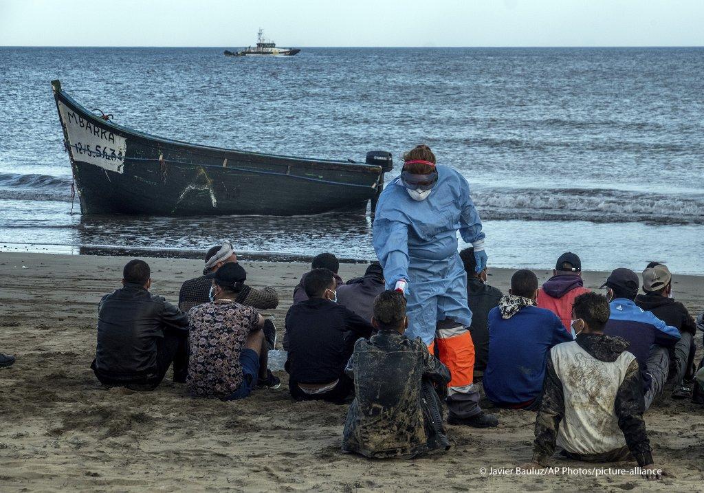"""ضمنهم المغاربة..قرار قضائي يسمح لـ""""الحرّاكة"""" بالتنقل إلى البر الإسباني"""
