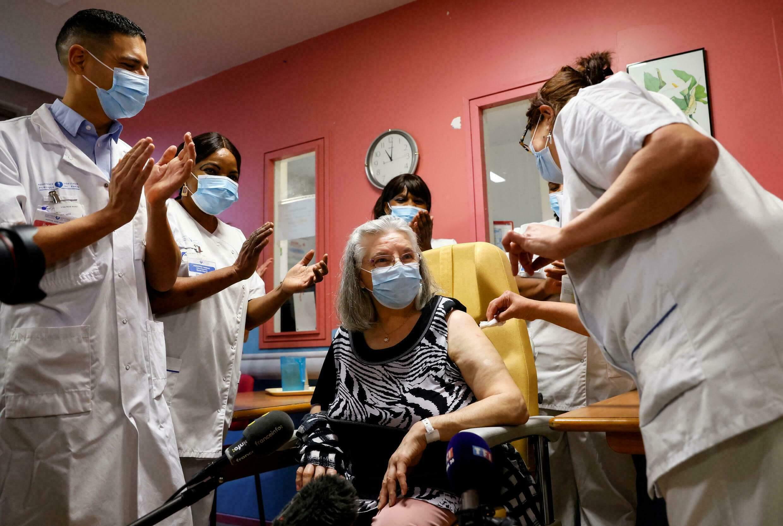 فرنسا تتوقع تطعيم 90 % من السكان بحلول الخريف
